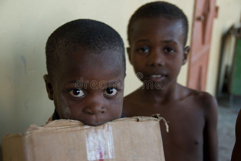 förflyttade pojkar royaltyfri bild
