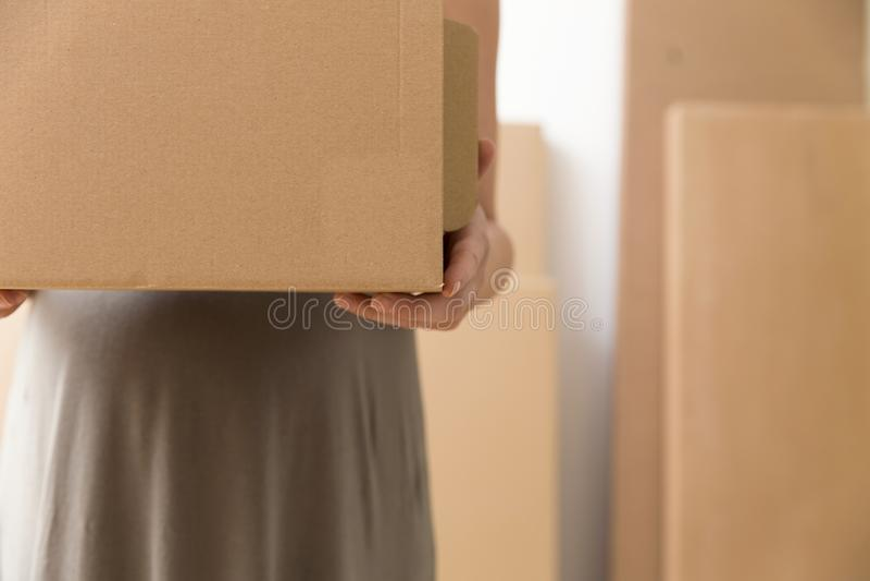 Förflyttning och rörande begrepp Gravida kvinnan är den hållande kartongen royaltyfri fotografi