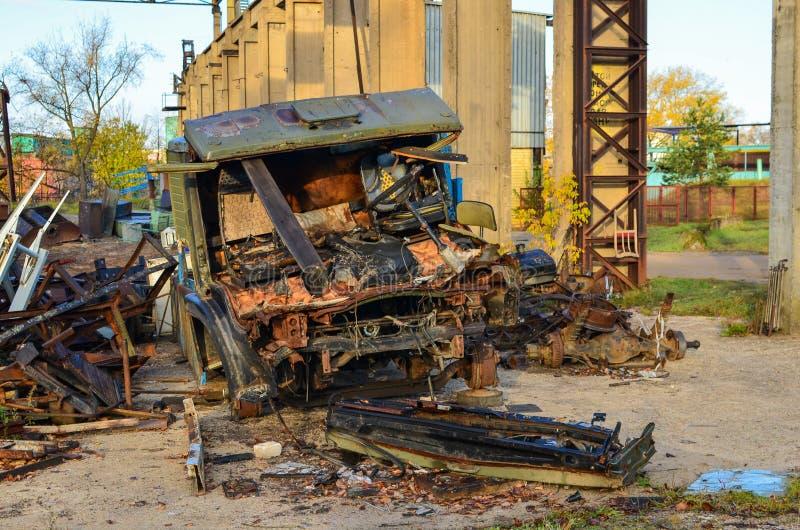 Förfogande av bilen Demonteraa bilar efter en olycka, försäljning av automatiskdelar och bilar royaltyfria bilder