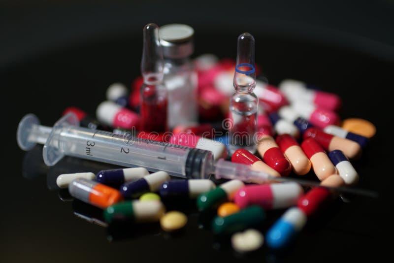 förgiftar pills Medicin kapslar, minnestavlor, injektion, injektionsspruta arkivbilder