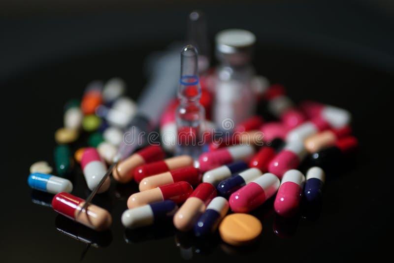 förgiftar pills Medicin kapslar, minnestavlor, injektion, injektionsspruta fotografering för bildbyråer