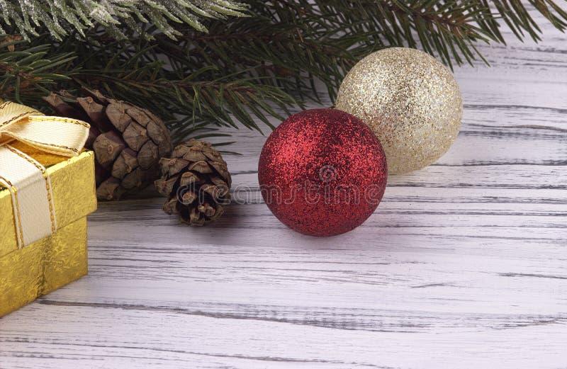 Förgrena sig bakgrund för ferie för det nya året för julXmas med guld- den röda gåvaasken och naturlig gran för silverbollar kott royaltyfri bild