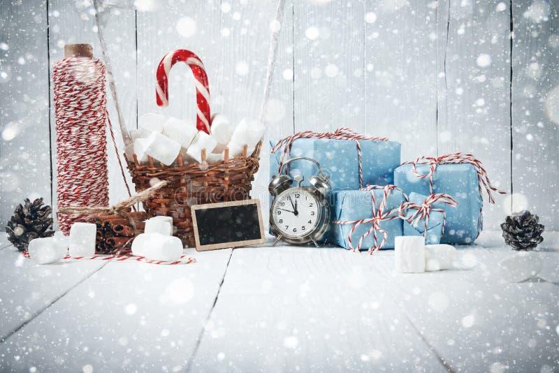 Förgrena sig gran för sammansättning för det nya året för jul kanelbrun tappninggif arkivfoton