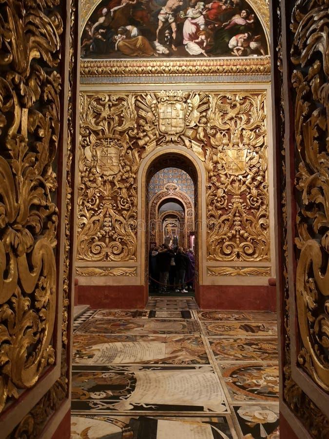 Förgylld kolonnans marmorerar golv inom domkyrkan för St John Co i Valletta, Malta arkivfoton