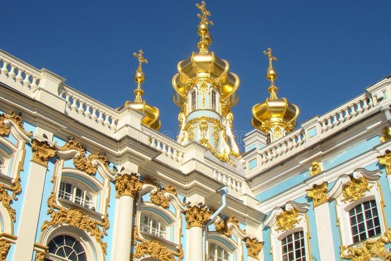 Förgyllda kupoler med kors arkivbilder