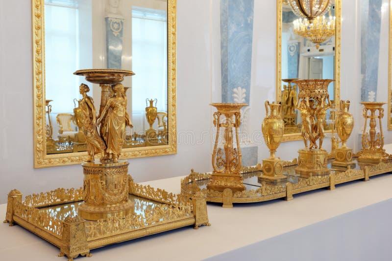 Förgyllde tabellgarneringar gjorde av brons på konsten av väldeutställningen i eremitboningmuseet, St Petersburg, Ryssland royaltyfri bild
