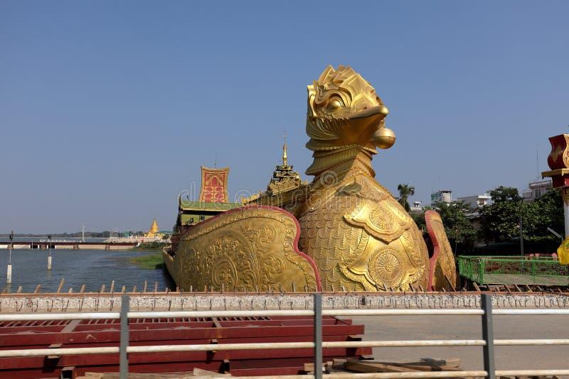 Förgyllt fartyg i Myanmar arkivbilder