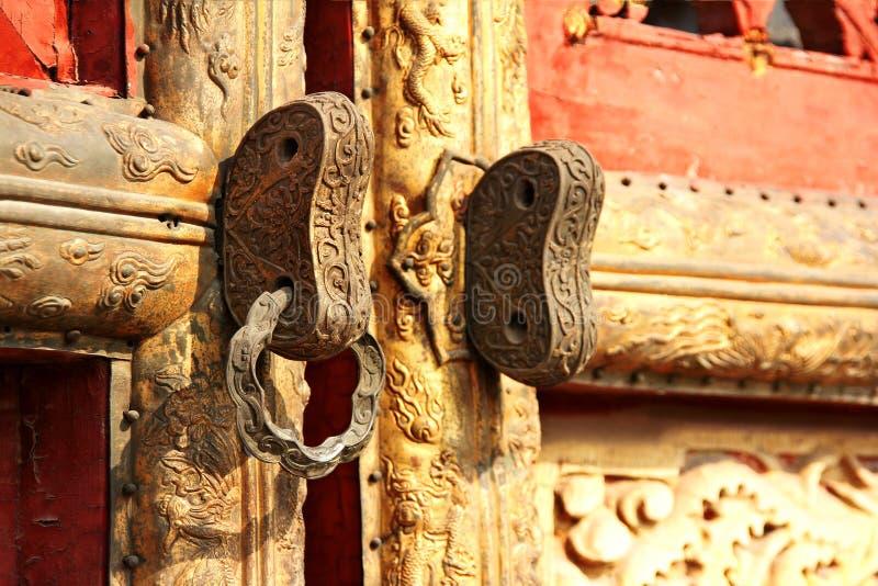 Förgyllt gammalt kinesiskt dörrlås I fotografering för bildbyråer