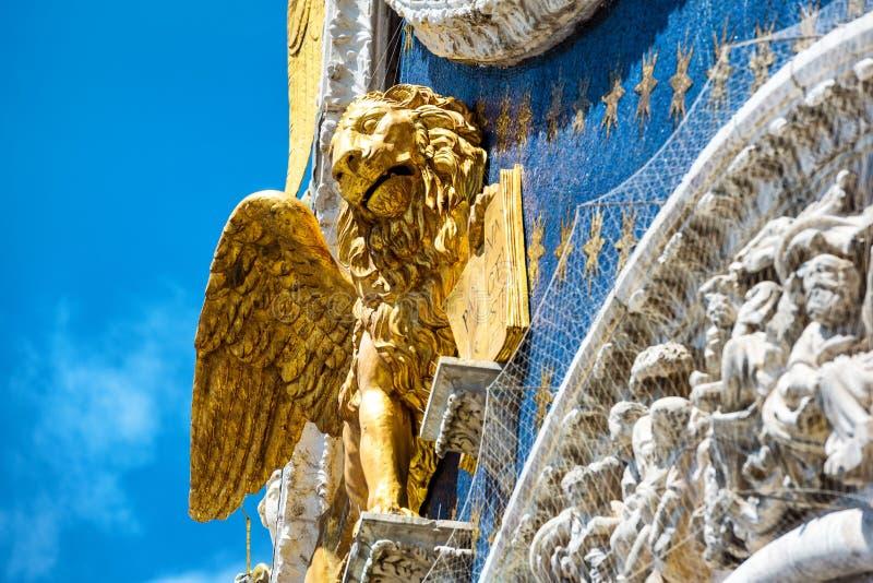 Förgyllt lejon på basilikan för St Mark ` s i Venedig fotografering för bildbyråer