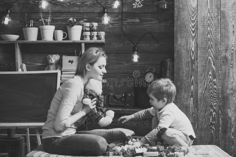 Förhållande mellan barnet och modern Modern undervisar sonen att vara snäll och vänlig Familjlek med nallebjörnen arkivfoton