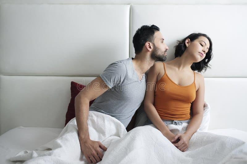 Förhållandeproblem med den ilskna kvinnan i säng royaltyfri foto