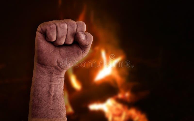 Förhöjd hopad fläck med brinnande flamma från brand i bakgrunden Strålfoto med socialism, kommunism, revolution, arbetare och royaltyfria foton