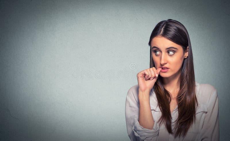 förhalning Förvirrat tänkande kvinna förbryllat se upp royaltyfri fotografi