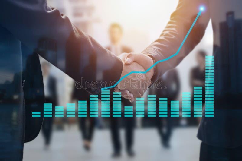 Förhandla affärsidé, affärsman som två after skakar handen arkivfoton