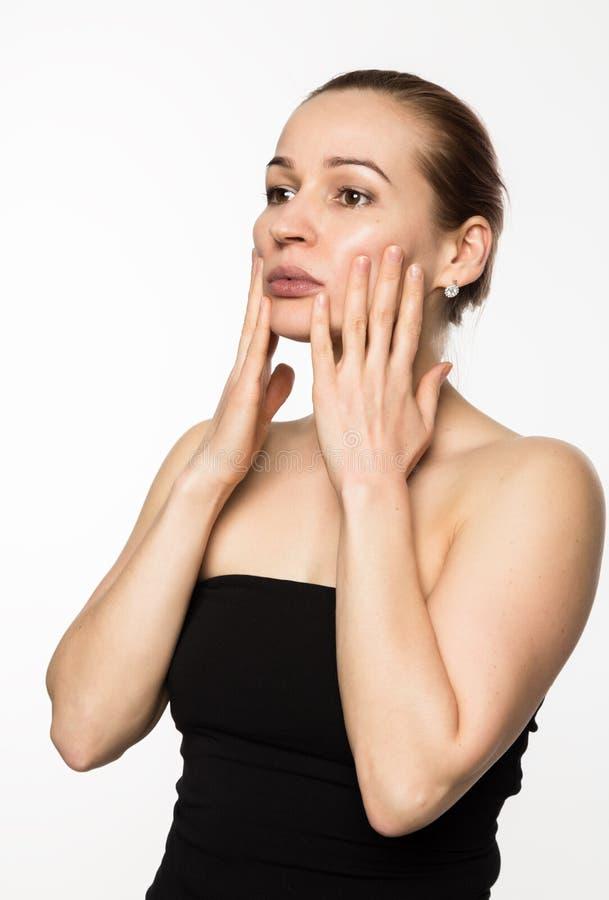 Förhindrandet av hud som åldras, kvinna utför övningar för en framsidabyggnad Skönhet och hälsobegrepp royaltyfria bilder