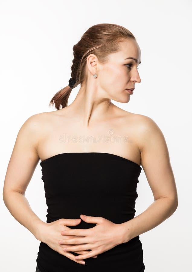 Förhindrandet av hud som åldras, kvinna utför övningar för en framsidabyggnad Skönhet och hälsobegrepp royaltyfri bild