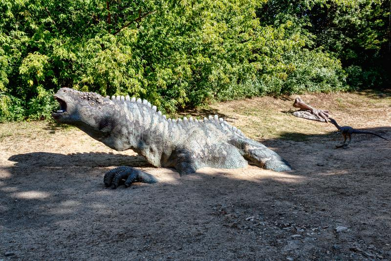 Förhistorisk dinosaurie i naturmiljö arkivbilder