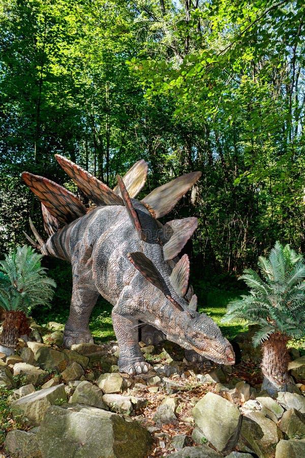 Förhistorisk dinosauriestegosaurus i natur royaltyfri bild