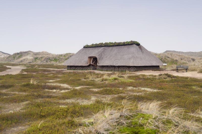 Förhistorisk rekonstruktion av ett hus för stenålder royaltyfria foton