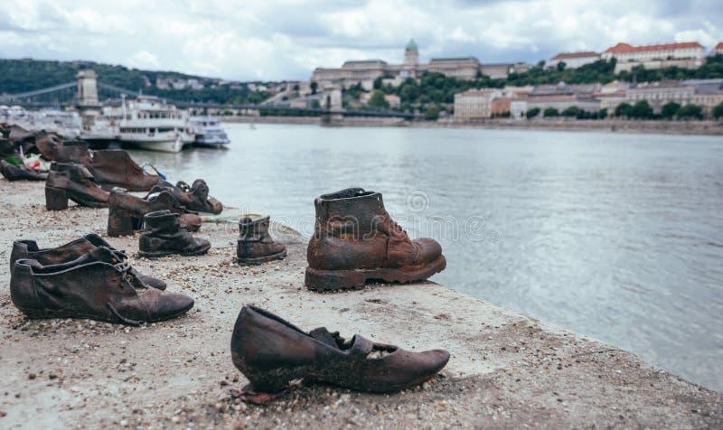 Skor På Donauen Promenerar En Monument Till Offer Av