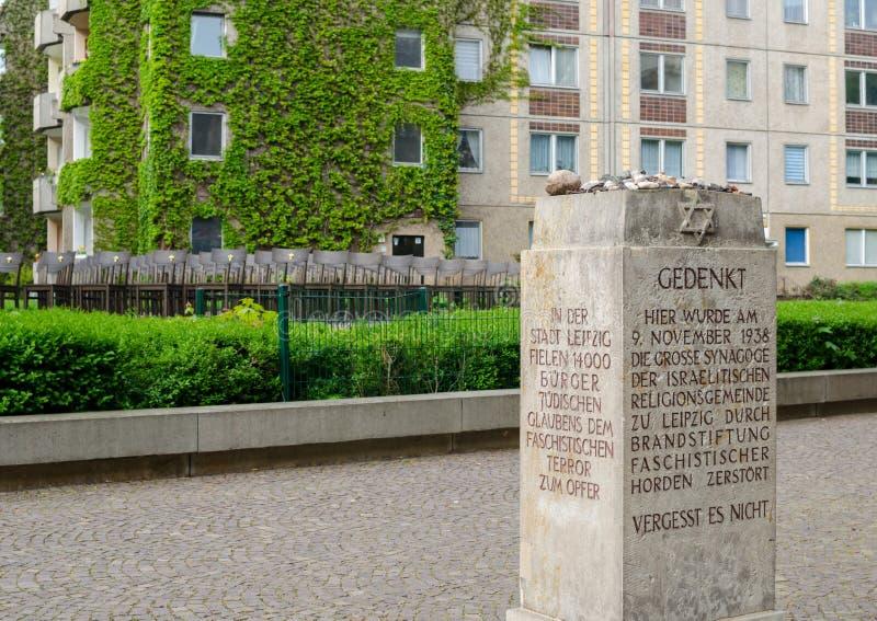 Förintelseminnesmärke i Leipzig, Tyskland Minnesmärken av den stora synagogan 140 brons stolar förläggas var synagogan en gång arkivfoton