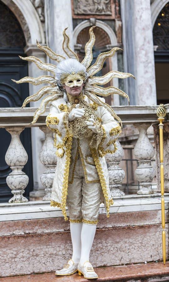 Förklädd man - Venedig karneval 2014 royaltyfri bild