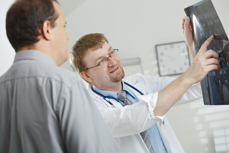 förklarande tålmodig för doktor till royaltyfria foton