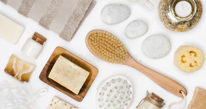 Förkroppsliga omsorg och brunnsortwellnessprodukter som isoleras på vit bakgrund royaltyfri foto