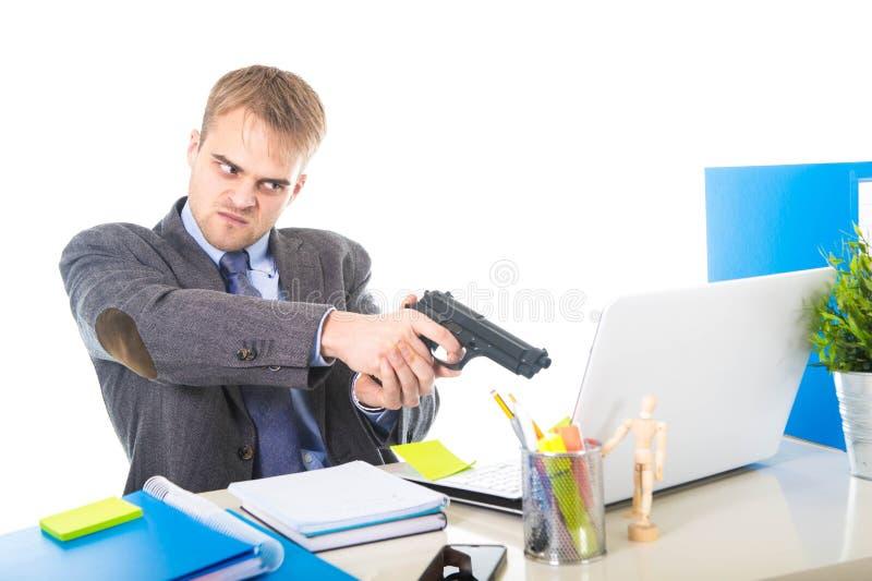 Förkrossad affärsman i hållande vapen för upprivet framsidauttryck som pekar datoren arkivbild