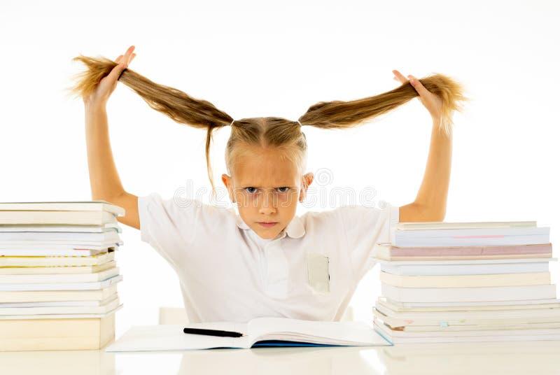 Förkrossad liten flicka med en negativ inställning in mot studier och skola når att ha studerat för mycket och att ha haft för må arkivfoton