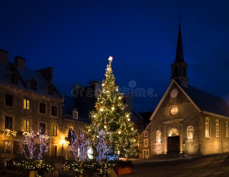 Förlägga kyrkan för Royale Royal Plaza och Notre Dame des-segrar som dekoreras för jul på natten - Quebec City, Kanada royaltyfria foton