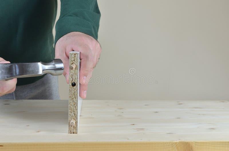 Förlägga trälåspinnar royaltyfria foton