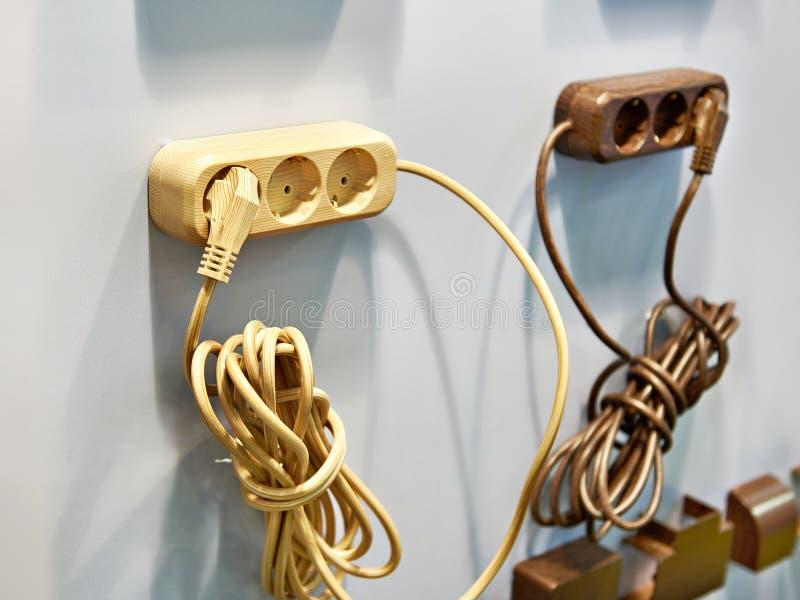 Förlängningskabel med elektriska uttag arkivfoton