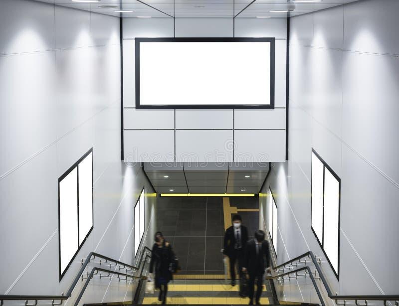 Förlöjliga upp baner och affischer i folk för affär för gångtunnelstation in royaltyfria foton