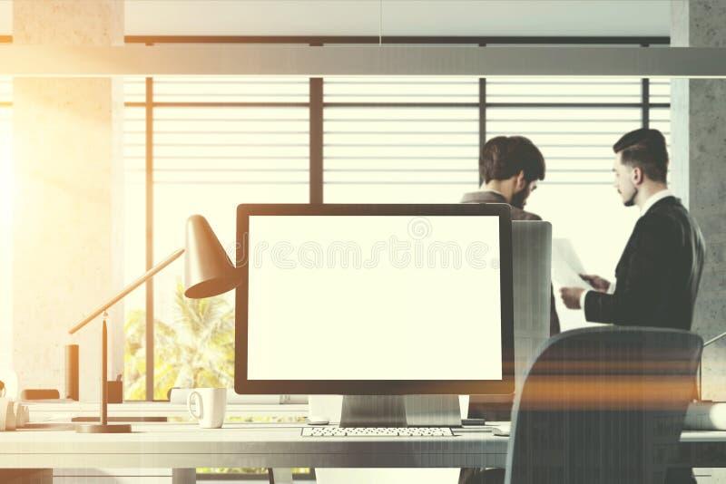 Förlöjliga upp datorskärmen i det vita kontoret, folk royaltyfri bild