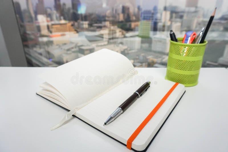 Förlöjliga upp notepaden med pennan för att ta anmärkningen arkivbilder