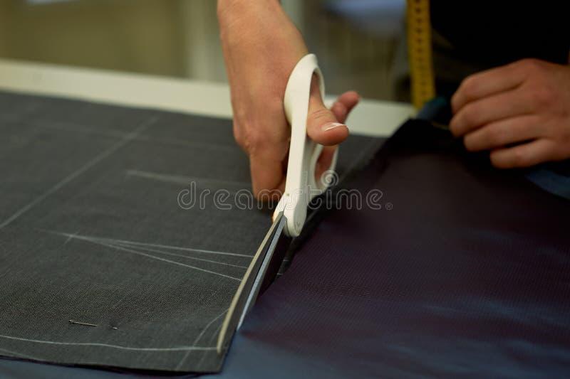 förlagen klipper tyg nesting Passa tyg markerade med vit krita klippa och sy royaltyfria bilder