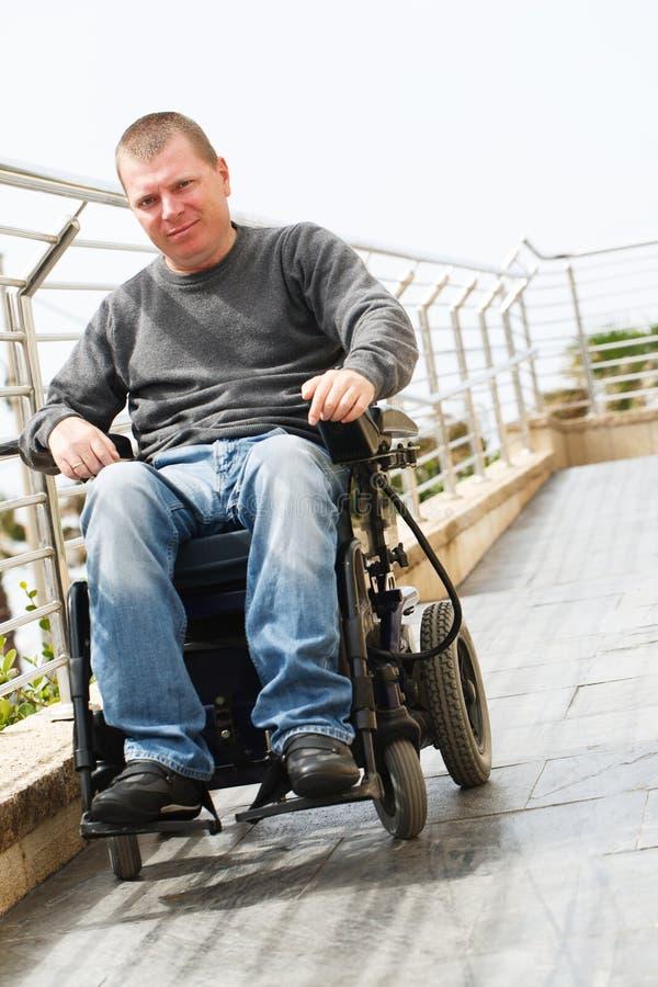 Förlamad i båda benen - rullstol arkivfoto