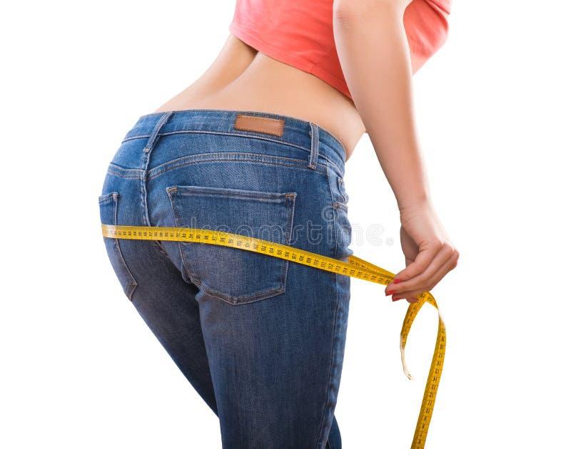 Förlora för vikt - mäta kvinnas kropp arkivbilder