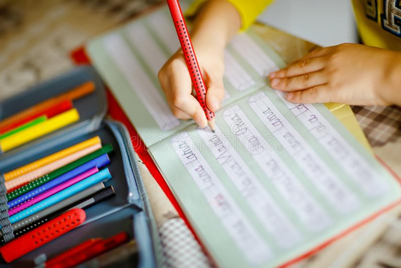 Förlora-upp av pojken för den lilla ungen hemma som gör läxa, barnet som skriver första brev och ord som mamma med färgrika penno royaltyfria foton