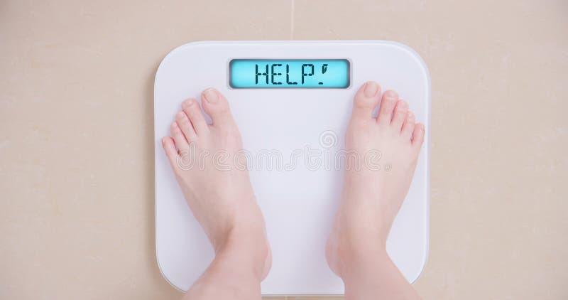 Förlora viktbegreppet med skalan royaltyfria foton