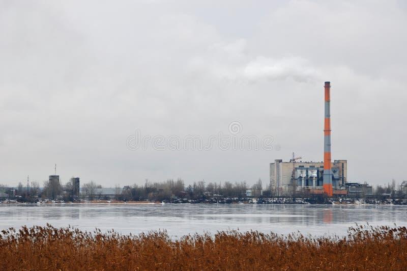 Förlorad förbränningsugnväxt med att röka fabriksskorsten Problemet av miljöbelastning vid fabriker royaltyfri bild