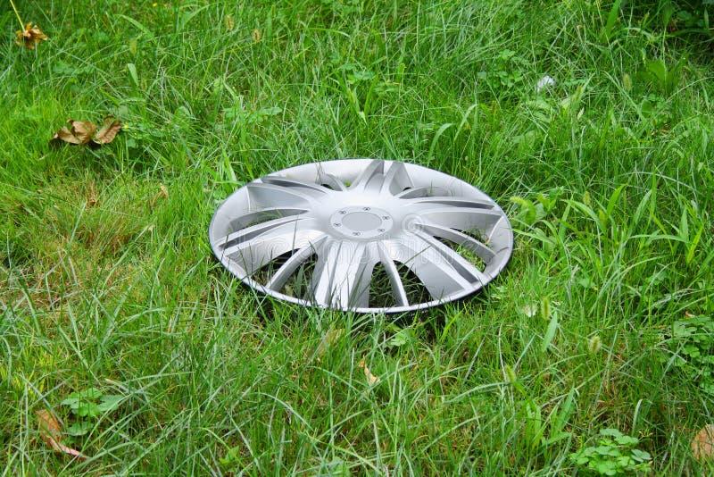 förlorad sikt för gräs hubcap arkivfoto