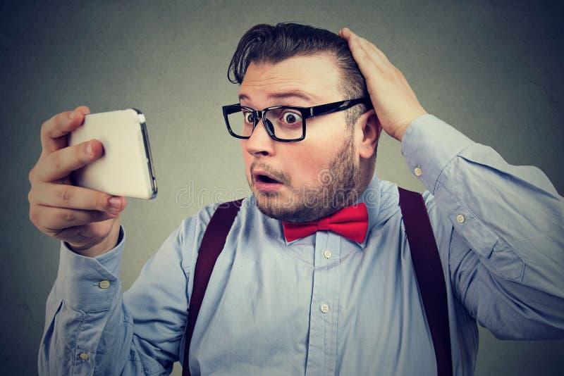 Förlorande hår för förskräckt man från spänning royaltyfria foton