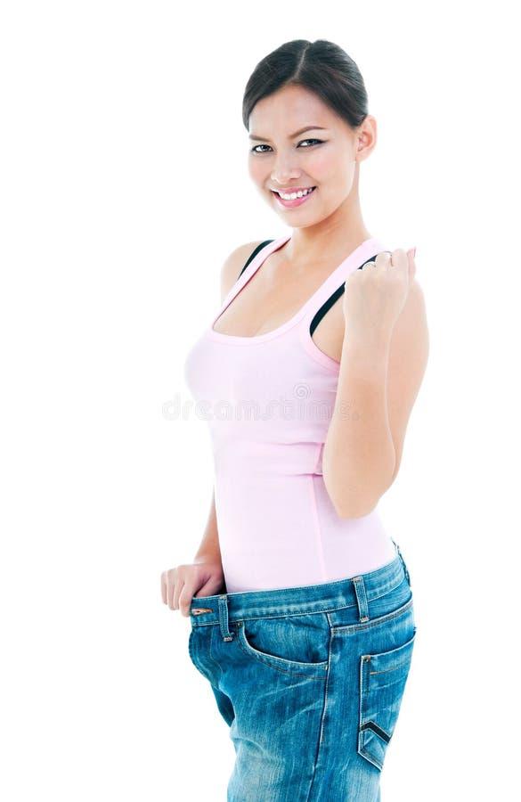 Förlorande vikt för gullig ung kvinna arkivbild