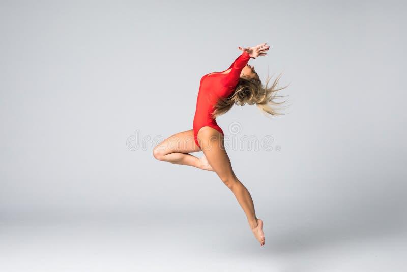 Förlovad konst för ung flicka som är gymnastisk på vitbaksida arkivfoto