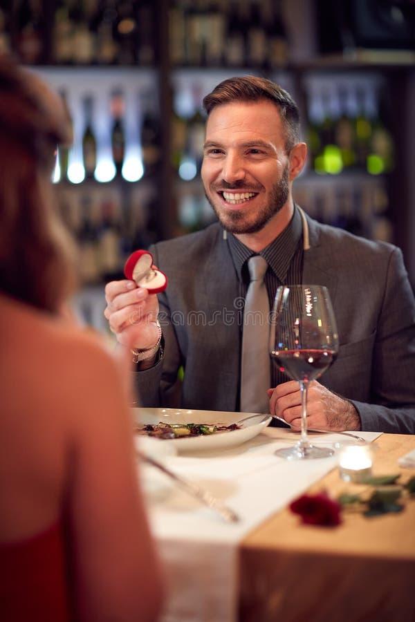 Förlovad kvinna för man i restaurang royaltyfria foton