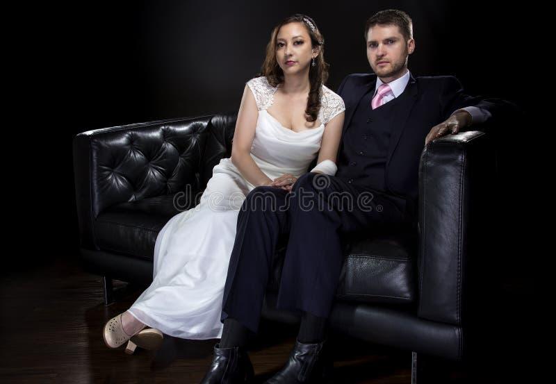 Förlovade par som modellerar Art Deco Style Wedding Suit och klänningen arkivbild