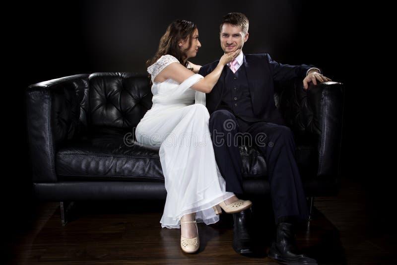 Förlovade par som modellerar Art Deco Style Wedding Suit och klänningen royaltyfri fotografi