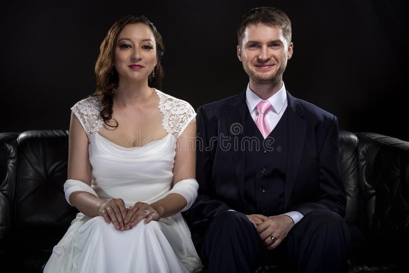 Förlovade par som modellerar Art Deco Style Wedding Suit och klänningen royaltyfria foton